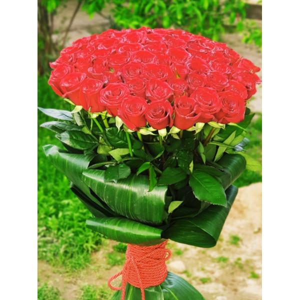 Розы красные ташкент оформление листьями Аспидистры Букет 55 роз